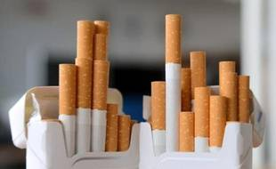 """Face à la probable annonce de l'instauration en France du paquet de cigarettes """"neutre"""", les fabriquants s'inquiètent d'une forte perte de valeur de leurs marques, n'excluant pas le recours à des procès, qui pourraient coûter cher à la France"""