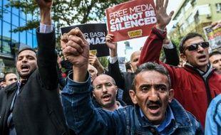 Des manifestants devant le siège du journal Bugün et de la chaîne de télévision Kanaltürk protestent contre leur prise de contrôle par les forces de l'ordre, le 28 octobre 2015 à Istanbul