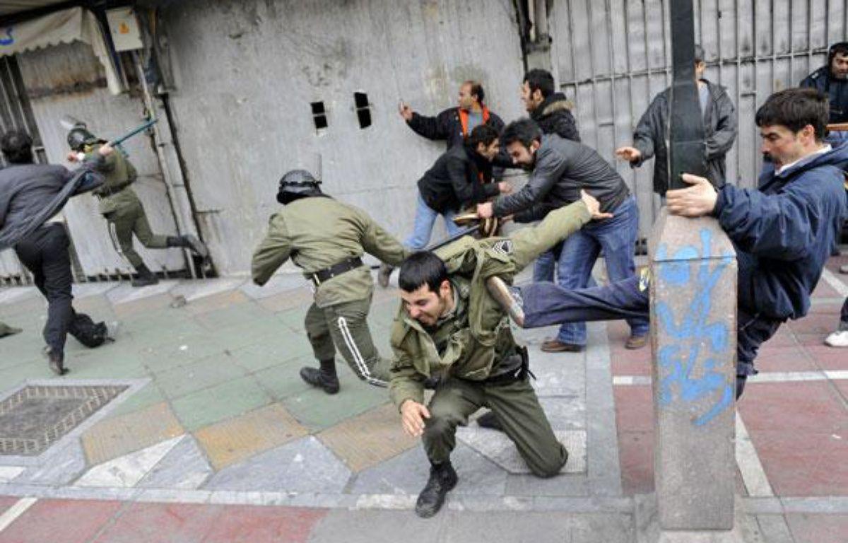 Affrontements entre manifestants et policiers à Téhéran le dimanche 27 décembre 2009. – AFP PHOTO/STR