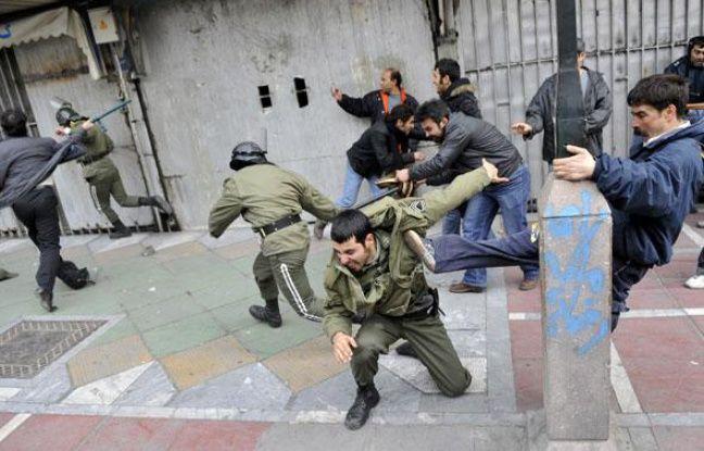 Affrontements entre manifestants et policiers à Téhéran le dimanche 27 décembre 2009.