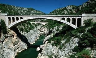 Le pont du Diable, dans les gorges de l'Hérault, depuis lequel sautent régulièrement des baigneurs, malgré les interdictions