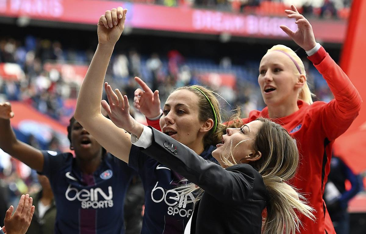 Les joueuses du PSG célèbrent leur qualification avec les ultras parisiens. – FRANCK FIFE / AFP