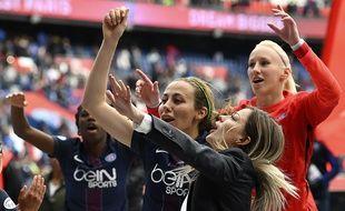 Les joueuses du PSG célèbrent leur qualification avec les ultras parisiens.