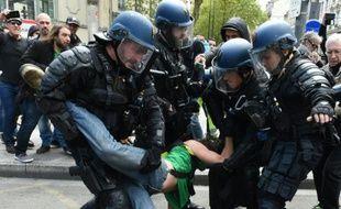 Des policiers interpellent un manifestant à Lyon en marge de la manifestation contre la loi travail, dans le sud-est de la France, le 28 avril 2016