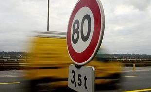 Illustration: Un véhicule passe un panneau indiquant la limitation de la vitesse à 80 km/h près de Bordeaux.