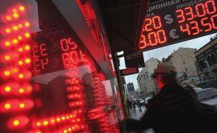 Le rouble, sous pression depuis plusieurs semaines, s'enfonçait encore mercredi, malgré les tentatives de la Banque centrale russe de soutenir la devise.