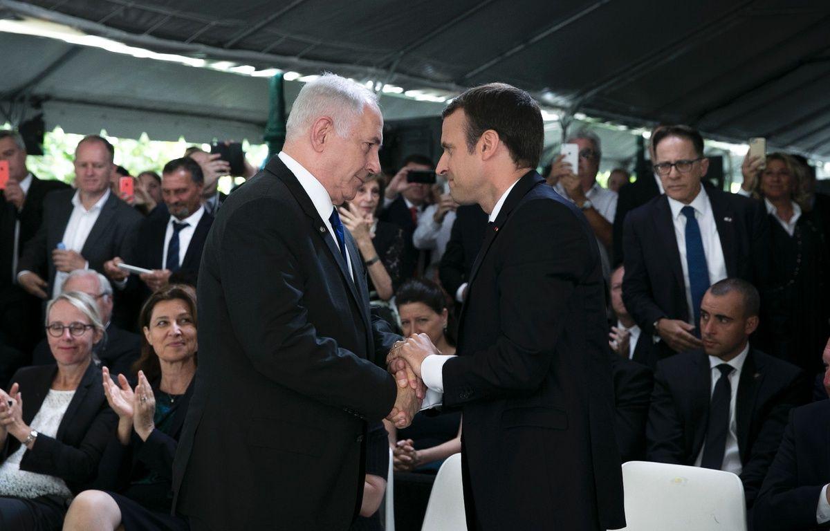 Emmanuel Macron et Benjamin Netanyahu lors de la cérémonie de commémoration à la rafle du Vel d'Hiv, le 16 juillet 2017. AFP PHOTO / POOL / Kamil Zihnioglu – AFP