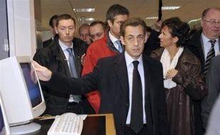 Nicolas Sarkozy a annoncé mardi une série de mesures pour freiner la montée du chômage, notamment en augmentant de 100.000 les contrats aidés, après s'être attaqué au sauvetage des banques et au financement des PME frappées par la crise.