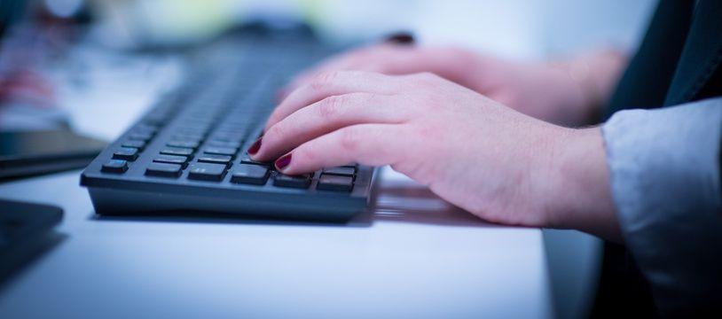 Une femme utilisant un ordinateur. (Illustration)