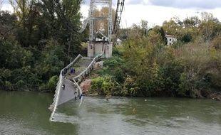 Des plongeurs dans la rivière Tarn après l'effondrement d'un pont, à Mirepoix-sur-Tarn.