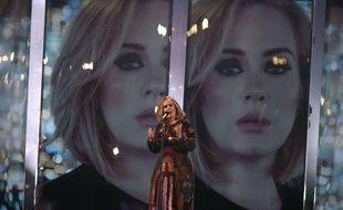 La chanteuse Adele en concert à Londres le 24 février 2016