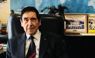 Marcel Berthomé dans son bureau de maire à Saint-Seurin-sur-l'Isle.