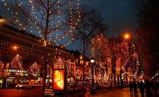 L'éclairage nocturne transforme la ville en sa propre vitrine, comme ici sur les Champs Elysées à Paris.