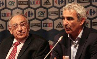 Le sélectionneur de l'équipe de France de football, Raymond Domenech (à dr.), écouté par le président de la fédération, Jean-Pierre Escalettes, le 12 août 2008.