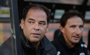 Angers' French head coach Stephane Moulin (L) and Angers' French assistant Serge Le Dizet looks on during the French L1 football match between Angers and Troyes on September 19, 2015 at the Jean Bouin stadium in Angers, western France. AFP PHOTO / JEAN-SEBASTIEN EVRARD