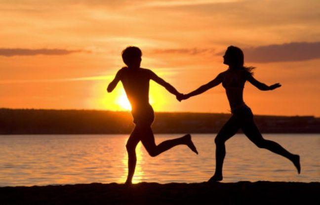 Illustration d'un couple amoureux sur la plage.