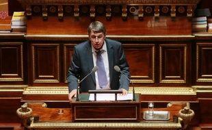 """La proposition de loi dite """"Florange"""", inspirée par une promesse de campagne de François Hollande sur la reprise de sites industriels rentables, était mal partie mardi au Sénat, le groupe communiste ayant d'emblée annoncé son intention de s'abstenir."""