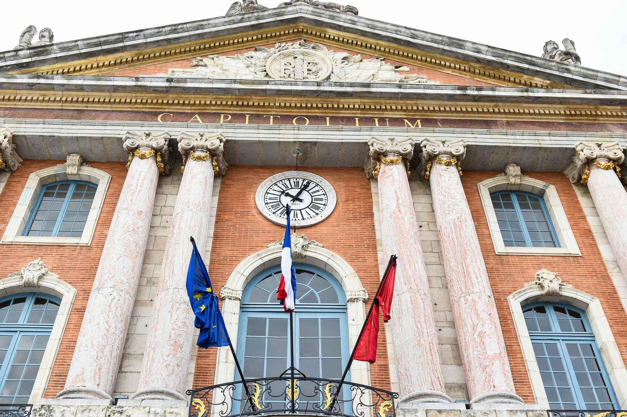 Toulouse: La façade du Capitole illuminée en bleu-blanc-rouge
