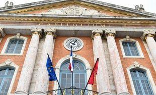 Les drapeaux sur la façade du Capitole, à Toulouse, en berne.