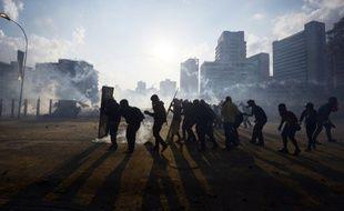 Des manifestants affrontent la police anti-émeute à Caracas, au Venezuela, le 16 mars 2014.