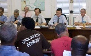 """Le secrétaire d'Etat à l'Outre-Mer, Yves Jégo, qui a quitté dimanche soir la Guadeloupe pour des consultations à Paris, a assuré lundi matin qu'il reviendrait dans quelques heures sur l'île avec """"des solutions"""" pour tenter de mettre fin à la grève générale entamée le 20 janvier."""