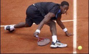 Gaël Monfils a peiné mardi pour atteindre le deuxième tour du tournoi de tennis de Roland-Garros après une victoire en cinq sets 6-4, 6-7 (2/7), 1-6, 6-2, 6-1 contre le Britannique Andy Murray, diminué par une douleur aux lombaires.