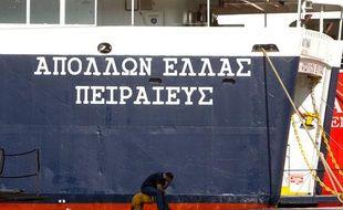 Un bateau et un employé dans le port du Pirée, près d'Athènes, le 29  juin 2010. Ce port pourrait être vendu pour désendetter le pays.