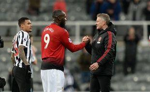 Solskjaer félicite Lukaku après sa rentrée victorieuse à Newcastle.