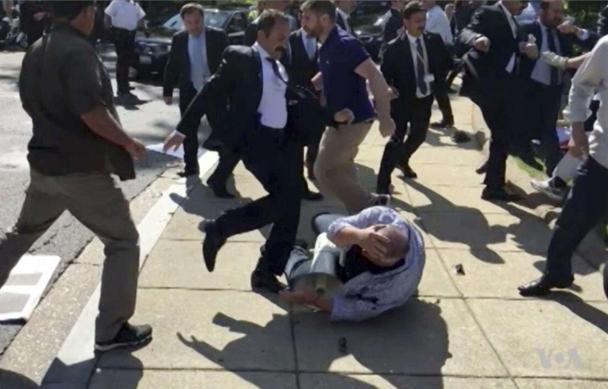 Des membres du service de sécurité du président turc s'en prennent violemment à des manifestants à Washington. – AP/SIPA
