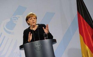 L'inflexibilité de la politique européenne d'Angela Merkel, notamment son refus catégorique des euro-obligations, soulevait critiques et inquiétudes samedi en Allemagne, l'ancien chancelier Helmut Schmidt l'accusant même d'isoler le pays.