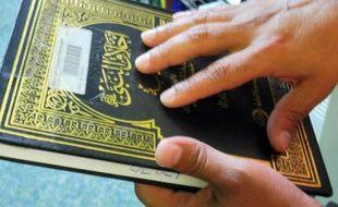 """A Guantanamo, les détenus lisent aussi bien le Coran que les livres érotiques: le best-seller """"Cinquante Nuances de Grey"""" y est autorisé, tout comme les ouvrages religieux et les revues de football qui s'alignent à la bibliothèque."""
