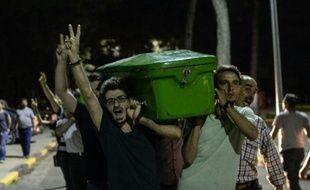 Des gens transportent le cercueil d'une des victimes de l'attentat de Suruç, le 21 juillet 2015 dans les rues de Gaziantep
