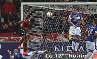 Le Niçois Alassane Plea (à gauche) marque le premier but de la rencontre de Ligue 1 Nice - Bastia, le 27 novembre 2016.