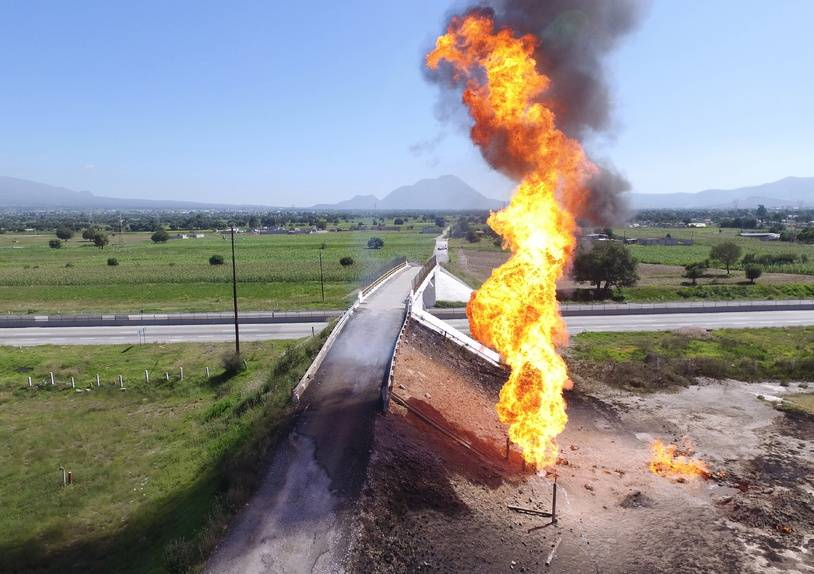Aerial view taken by a drone showing a fire at a clandestine fuel valve in San Jeronimo Ocotitlan, Acajete, Puebla state, Mexico on July 18, 2018.  Mexico's state-owned petroleum company Pemex has reported a loss of 1,571 million dollars per year due to the theft and traffick of fuel. Puebla state is one of the regions with higher rates of that crime in the country.