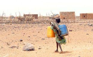 Une fillette transporte un bidon pour aller le remplir d'eau, à Katawane, en Mauritanie, le 4 mai 2012
