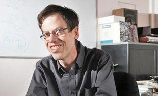 Ce chercheur a découvert en 1995 quatre gènes responsables de l'obésité, mais dénonce toujours la publicité pour les hamburgers.  Il est aussi fan du jeu Angry Birds et du film d'anticipation Bienvenue à Gattaca.