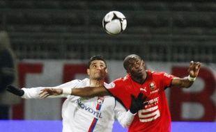 Le Lyonnais Ederson (en blanc) face au renbnais Moussa Sow, lors d'un match de L1 le 1er mars 2009