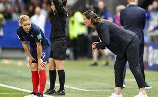 Eugénie Le Sommer et Corinne Diacre, ici en plein échange durant le match entre les Bleues et la Norvège, durant la Coupe du monde.