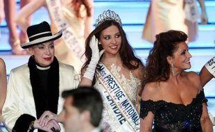 La Nordiste Margaux Deroy (c) a été élue à Kirrwiller (Bas-Rhin) Miss Prestige national 2015, en présence de Geneviève de Fontenay (g) le 18 janvier 2015