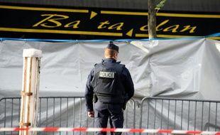 Un policier monte la garde devant la salle du Bataclan à Paris le 18 novembre 2015