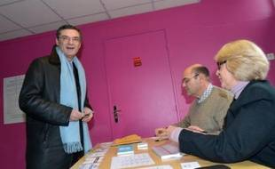 Dans la 13e circonscription des Hauts-de-Seine (Antony, Bourg-la-Reine, Châtenay-Malabry et Sceaux), Patrick Devedjian, président du conseil général et ancien ministre UMP, ne l'avait emporté qu'avec 200 voix d'avance sur son concurrent chevènementiste Julien Landfried, soutenu par le PS. Le Conseil constitutionnel a annulé le scrutin car son suppléant était aussi celui d'un sénateur, ce qui est interdit.