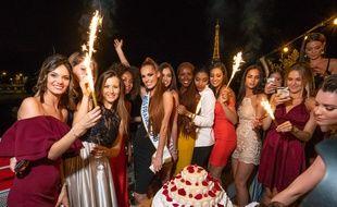 Maëva Coucke entourée des miss régionales de la promotion 2018, le 28 juin à minuit pour fêter ses 24 ans.