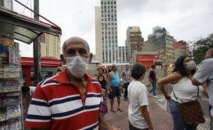 Un homme porte un masque pour se protéger du coronavirus, à Sao Paulo