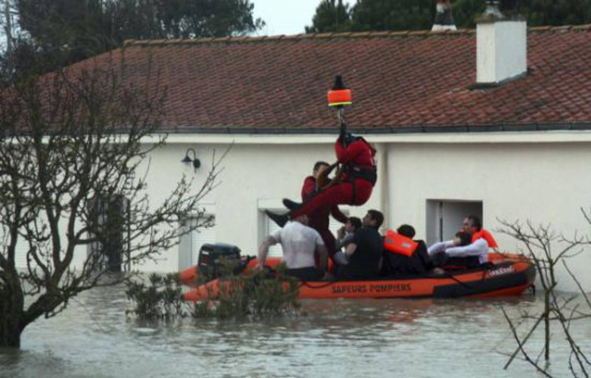 Les secours on dû itnervenir par hélicoptère pour évacuer les sinistrés, comme ici, dans la région de La Rochelle, dimanche 28 février 2010. – Reuters