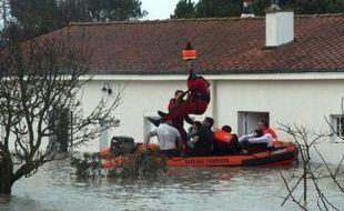 Les secours on dû itnervenir par hélicoptère pour évacuer les sinistrés, comme ici, dans la région de La Rochelle, dimanche 28 février 2010.