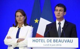 La ministre de l'Environnement Ségolène Royal et le Premier ministre Manuel Valls, lors d'une conférence de presse le 6 juin 2016 à Paris (photo d'illustration).