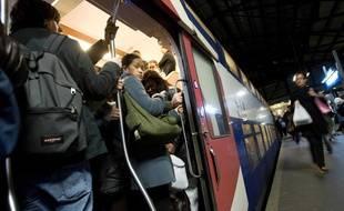 Illustration d'une rame bondée dans le RER B, en novembre 2009.