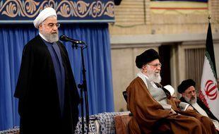 Le président iranien Hassan Rohani (à gauche), avec le guide suprême Ali Khamenei (à droite).