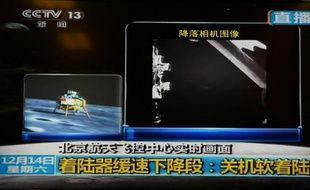 """La Chine est devenue samedi la troisième nation mondiale à réussir un alunissage en douceur, avec sa sonde spatiale Chang'e-3 qui devait déposer dimanche sur la surface lunaire un véhicule d'exploration téléguidé, le """"Lapin de jade""""."""