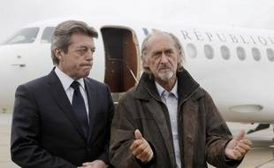 L'ex-otage Pierre Camatte (à d) répond aux journalistes à son retour de captivité, le 25 février 2010 sur l'aéroport de Villacoublay aux côtés d'Alain Joyandet, alors secrétaire d'Etat à la Coopération